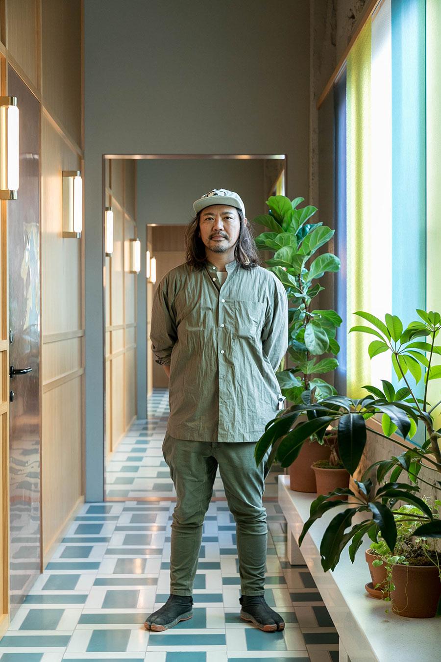 『Yard Works』の天野慶さん。「僕らは庭師なので、庭がない施設の依頼に最初は戸惑いましたが、庭師ならではの経験と視点を生かせるプロジェクトに参加することができ、素晴らしい経験をさせてもらえたことに感謝しています」