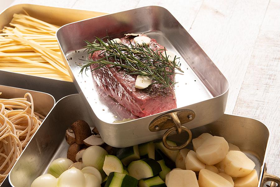 レクタングルベイカーは料理の下ごしらえから調理まで幅広く活躍。 真鍮リングは持ち手として、また使わない時はフックなどに掛けることも。何と言ってもクラシカルなディティールに惹かれる。