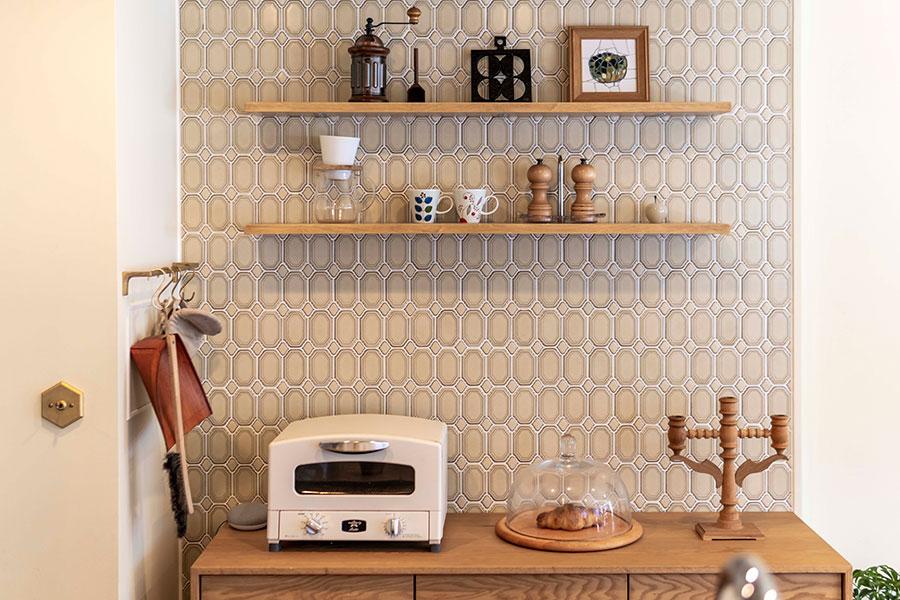 キッチン壁面には「長江陶業」のタイル。