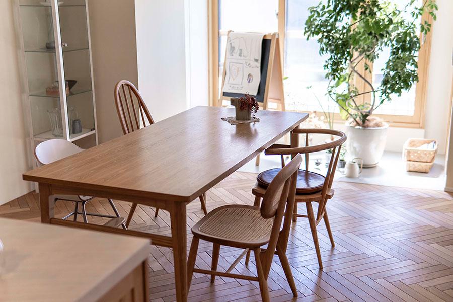 ダイニングテーブルはインテリアショップ「unico」で購入。