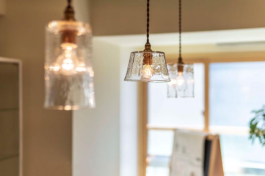 照明は飛騨のガラス工芸作家・安土草多さんの作品。