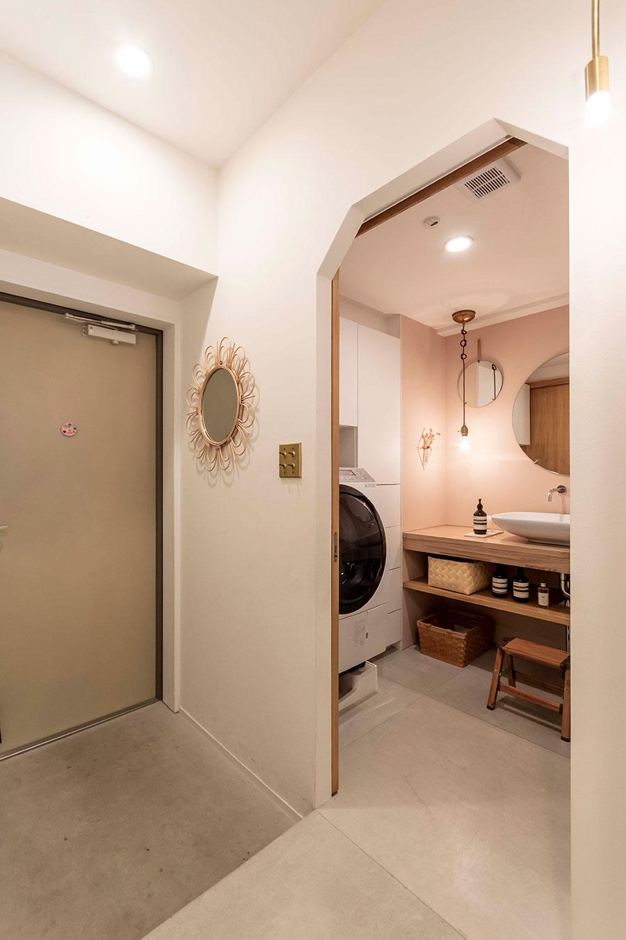 玄関を入ってすぐ横に洗面所と浴室がある。