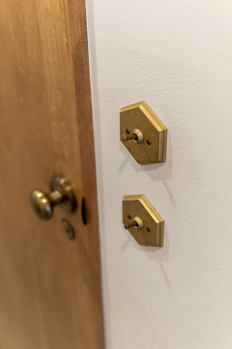 真鍮のスイッチはパーツショップ「PARTS & SUPPLY」で購入。