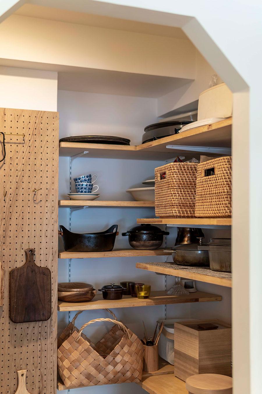 調理器具や家電をパントリーにまとめることで、生活感を感じさせないキッチンに。