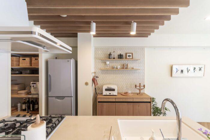 ルーバー天井でキッチンを緩やかにゾーニング。