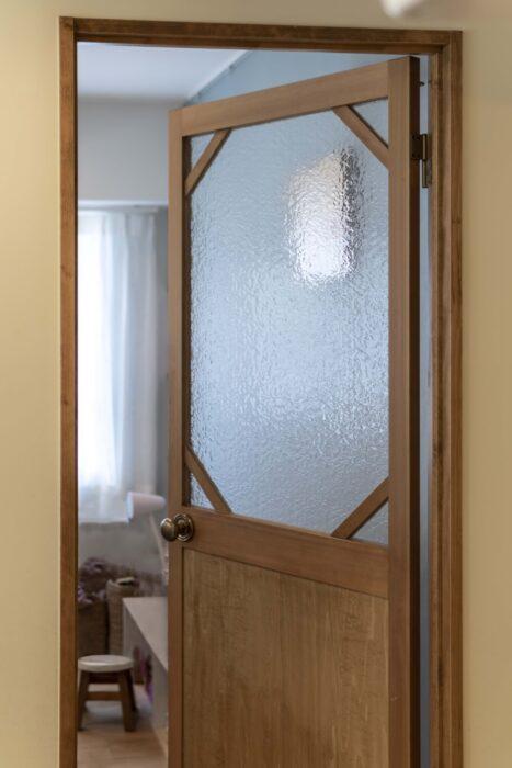 子供部屋のドアには、窓のデザインに合わせて八角形のガラスをはめた。