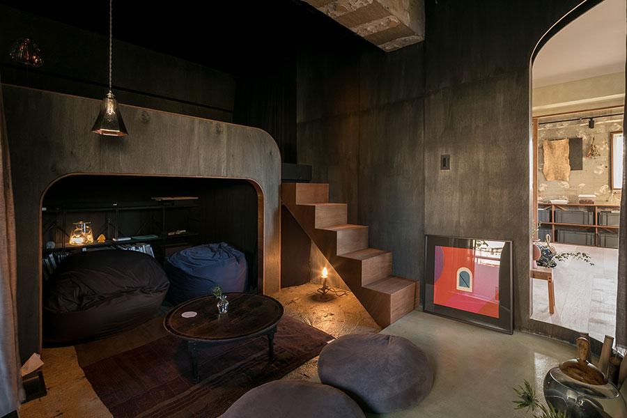 洞窟の内部。階段を上がるとベッドがある。「階段の下の蝋燭の形の照明器具やちゃぶ台は、洞窟を作らなければ買わなかったアイテムかもしれません」