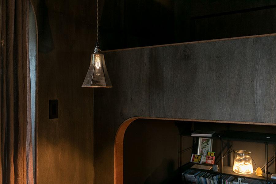 ペンダントライトはピーター・アイビー。「奥の照明は、ガラスのボトルにガラス玉を詰め込んで電球をつけました」