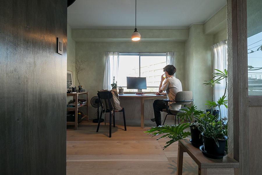 半円形のテーブルの天板は自然素材のリノリウムで仕上げた。柴田文江さんデザインのワークチェアは、リビングに置いても違和感がない。