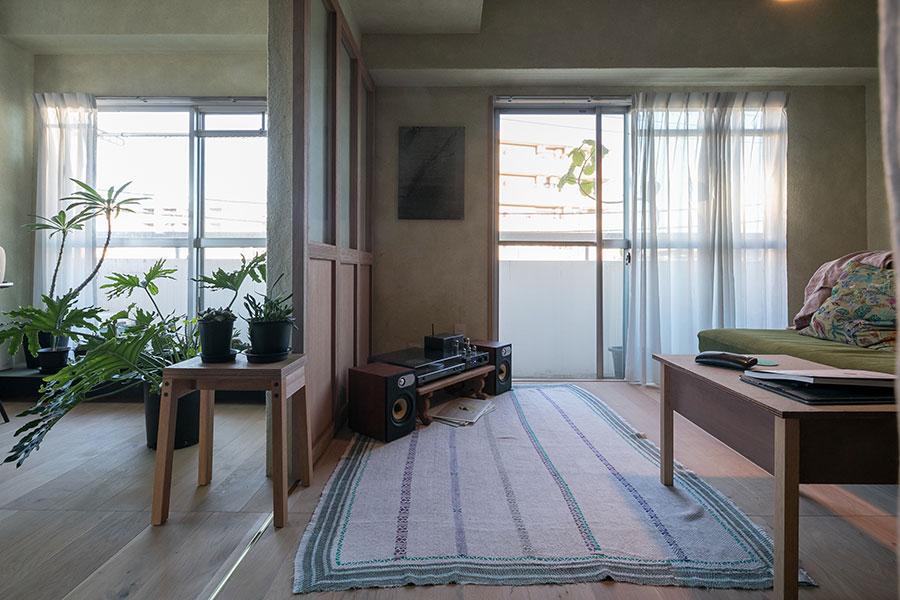 引き戸を閉めるとソファの部屋でお籠り感が楽しめる。空間の使い方に変化を加えるシカケだ。