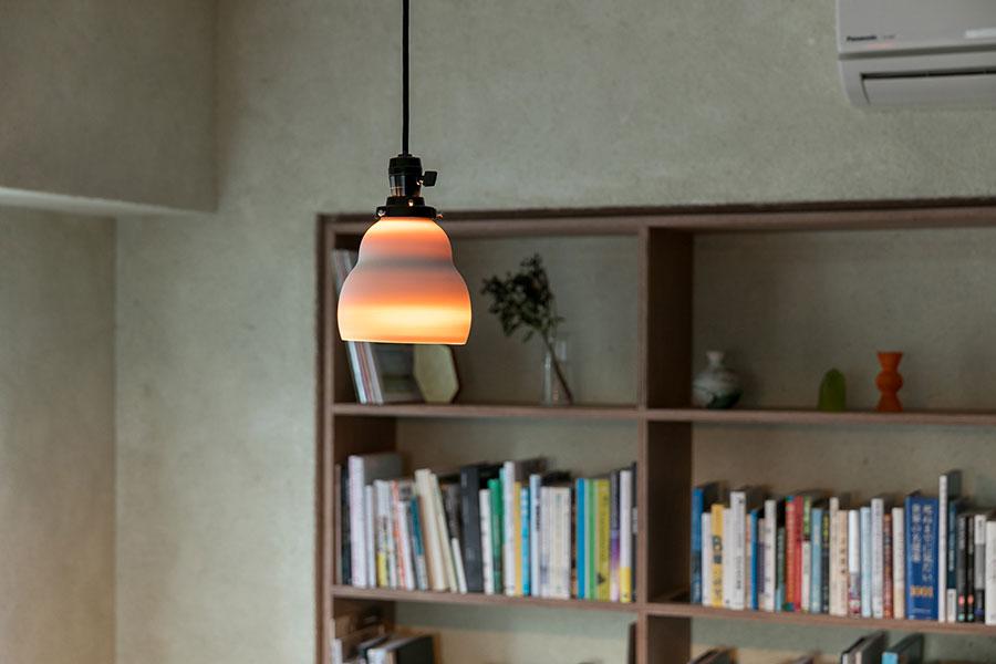 内側から光が溢れる陶芸作家の大谷哲也さんのランプシェードは、陶器の厚みによって光の濃淡が変わる。