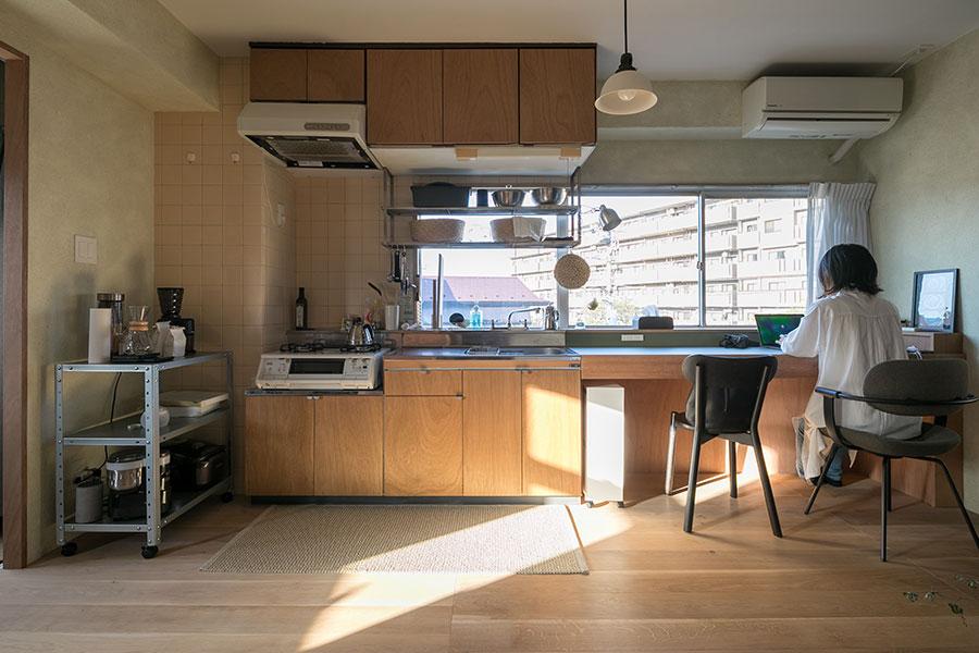 キッチンと同じ高さにデスクを伸ばした。眼下に桜並木が見える気持ちの良い眺め。