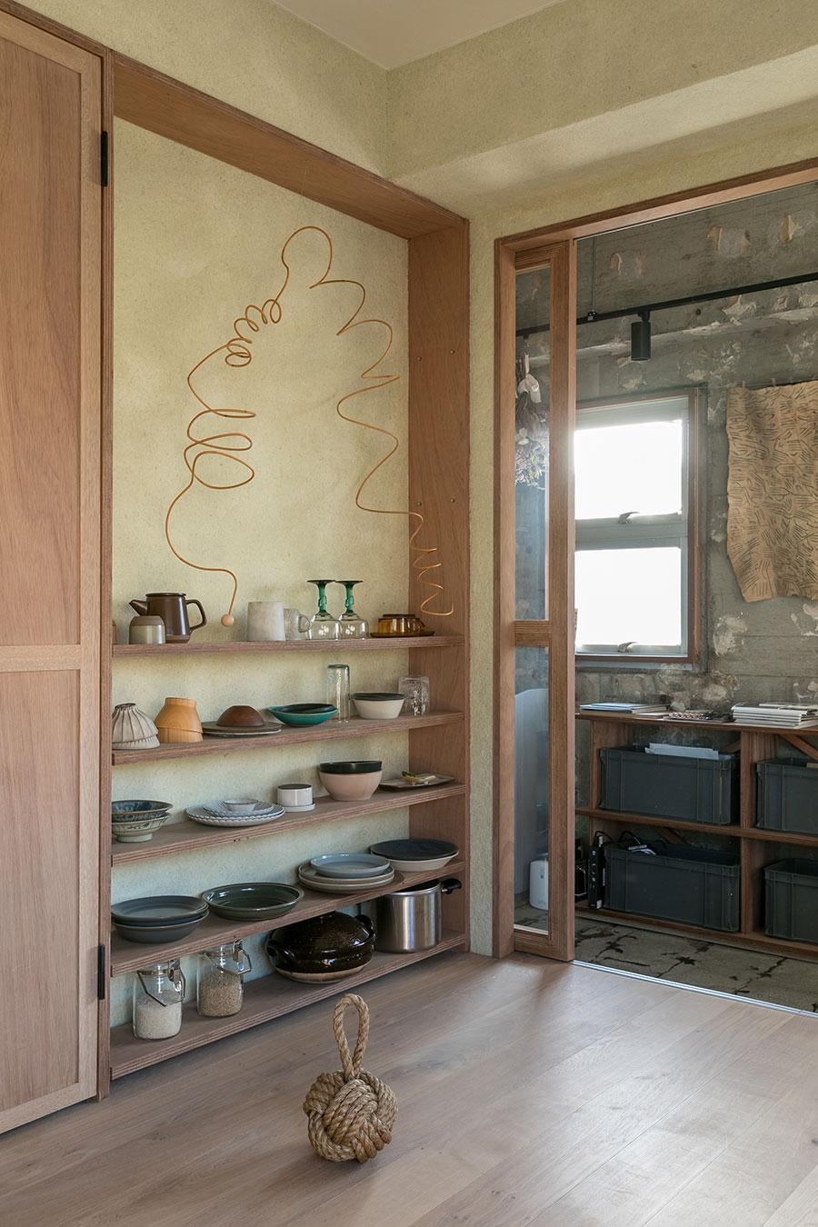 棚のモビールは藤作家のtakayo katayamaさんの作品。「つい食器を買い足したくなる棚です(笑)」
