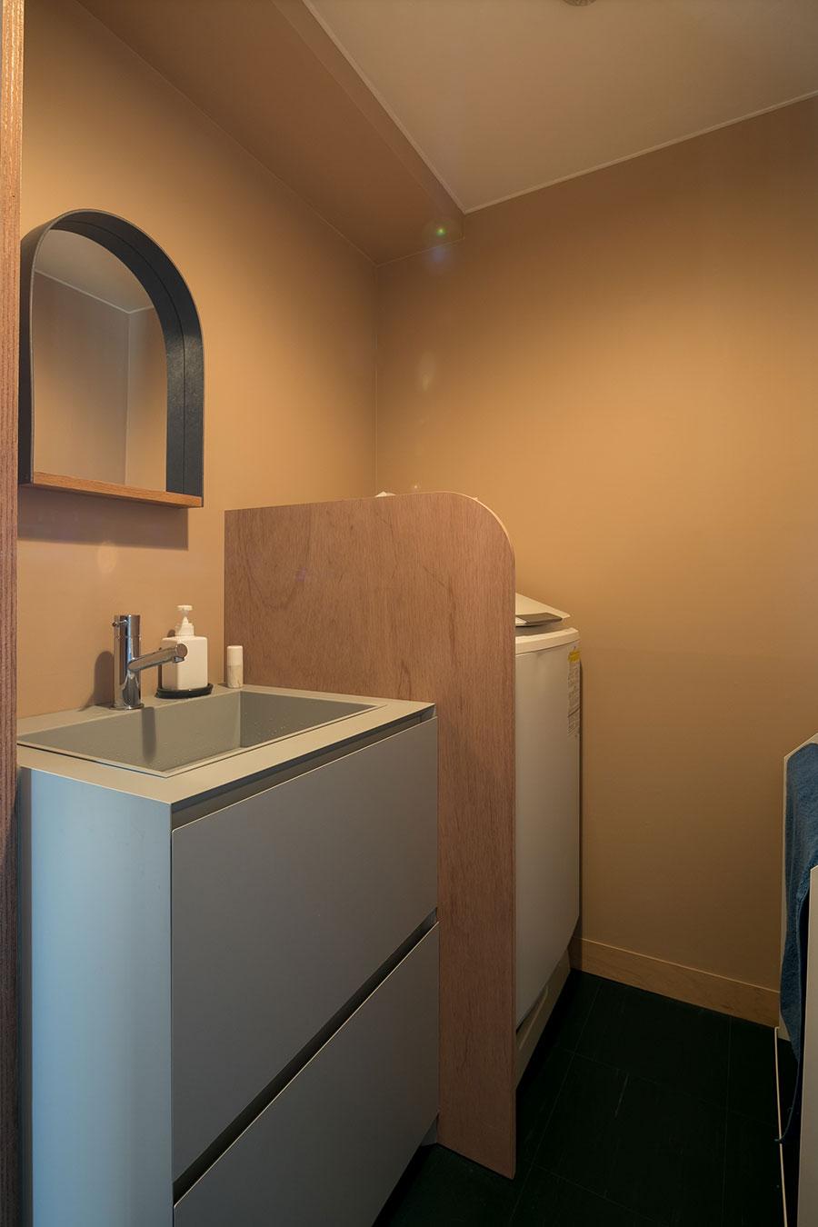 ミニマルなデザインの洗面台はサンワカンパニー。