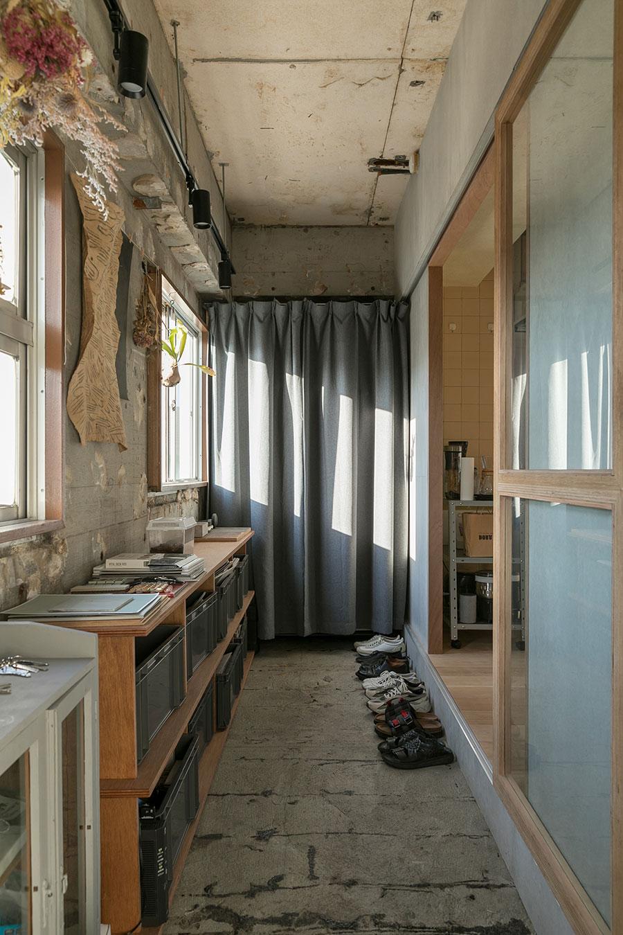 玄関のたたきは奥行きを広げて土間に。「ここで家具を作り、キャンプ道具の手入れもします。家でやれることが広がりました」